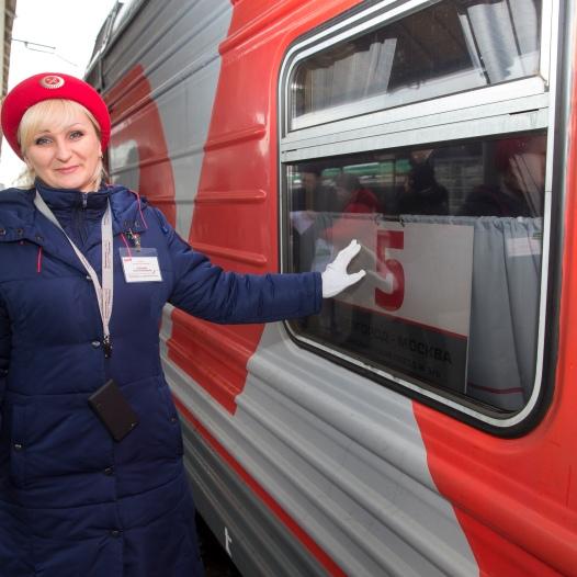 Проводник у вагона поезда